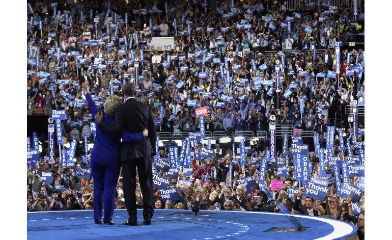 LO ULTIMO: Obama y Clinton se abrazan ante la Convención