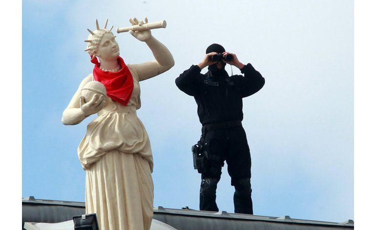 Prohíben bolsos grandes en playa de Francia por seguridad