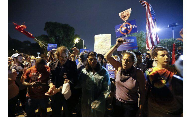 Elogian a policías y manifestantes tras convención demócrata