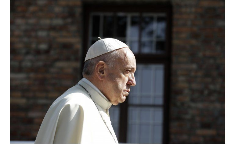El papa visita Auschwitz durante su viaje a Polonia