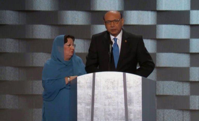 Padre de soldado estadounidense musulmán muerto en Irak conmovió a la audiencia de Convención Demócrata