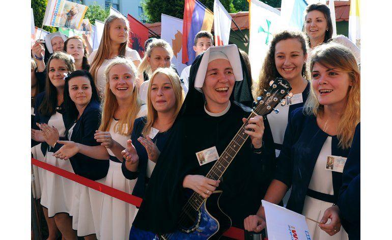 Francisco pide a los jóvenes que salgan y participen