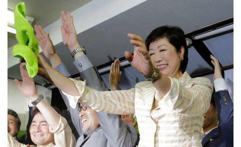Tokio elige por primera vez a una mujer como gobernadora