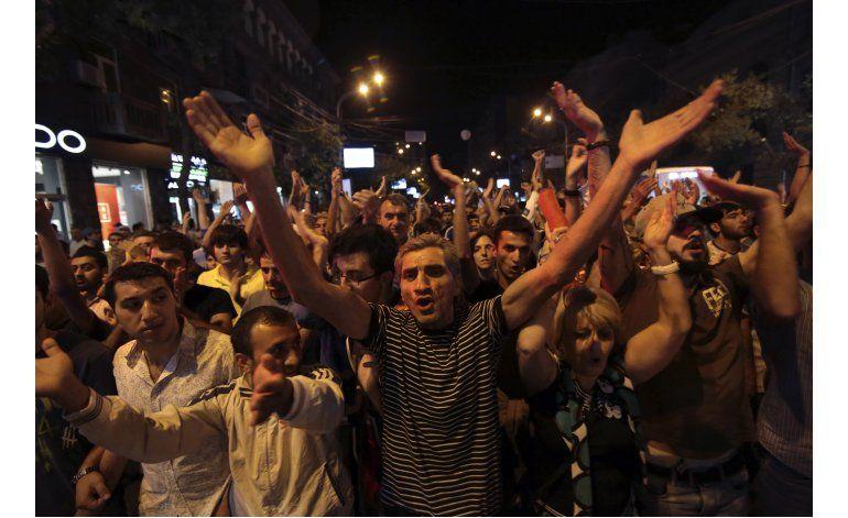 Armenia: Se rinden pistoleros atrincherados sede policial