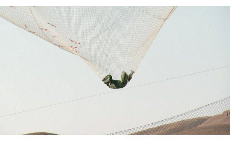 Hombre hace historia al saltar sin paracaídas y caer en red