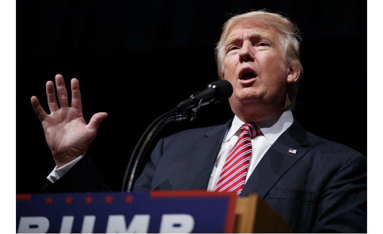 Trump acepta condecoración en medio de polémica por veterano