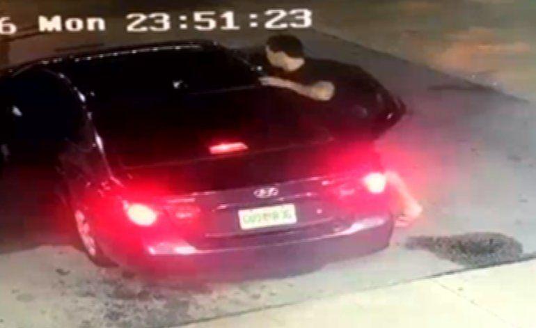 Mujer y sus dos hijos se enfrentan a unos ladrones en una estación de gasolina
