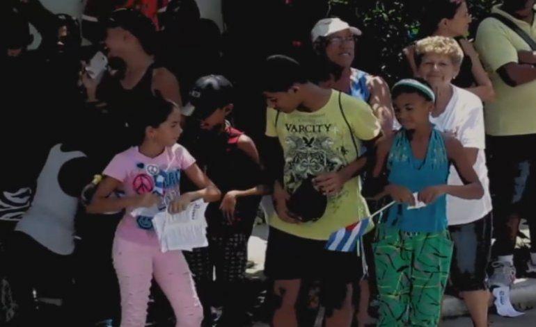 Niños cubanos utilizados por el régimen  rompieron y quemaron declaración de derechos humanos