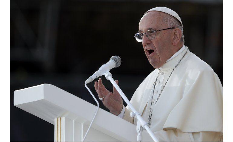 El papa lamenta que enseñen a niños a elegir su género
