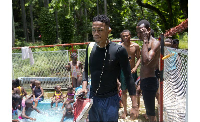 AP Fotos: Nadador haitiano busca una medalla olímpica
