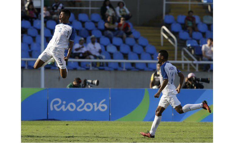 Honduras aprovecha regalos de Chaal y vence 3-2 a Argelia