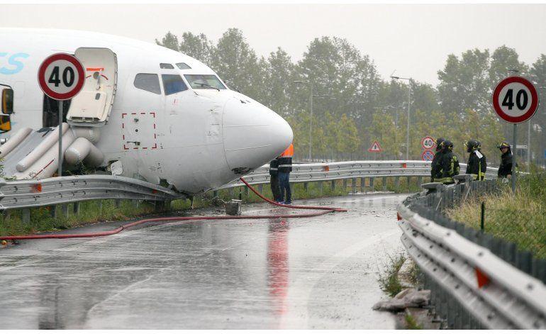 Avión de carga derrapa en pista de aeropuerto italiano