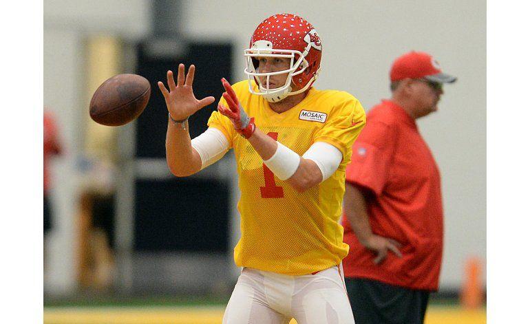 Chiefs anuncian firma del quarterback Nick Foles