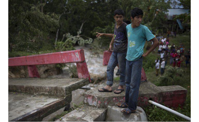 Earl toca tierra en costa de México como tormenta tropical