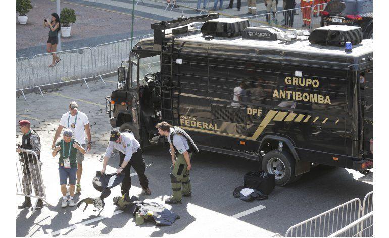 Policía realiza detonación controlada de bolsa en Río