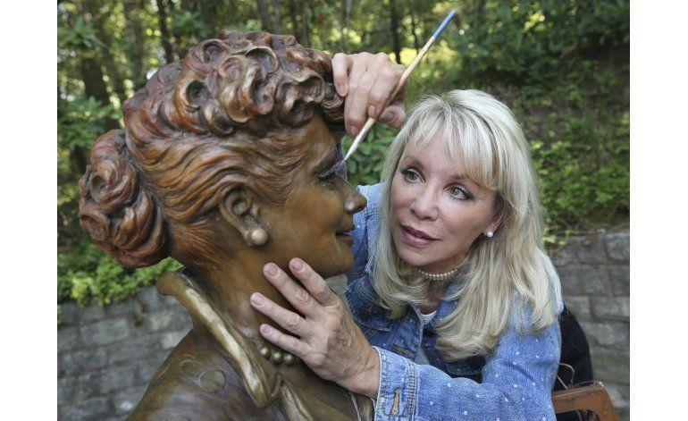 Develan estatua de Lucille Ball para remplazar otra, odiada