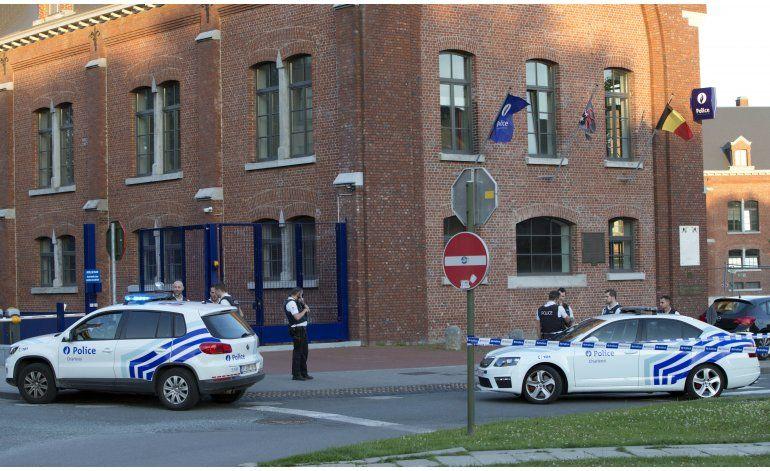 Dos policías son atacadas con machete en Bélgica