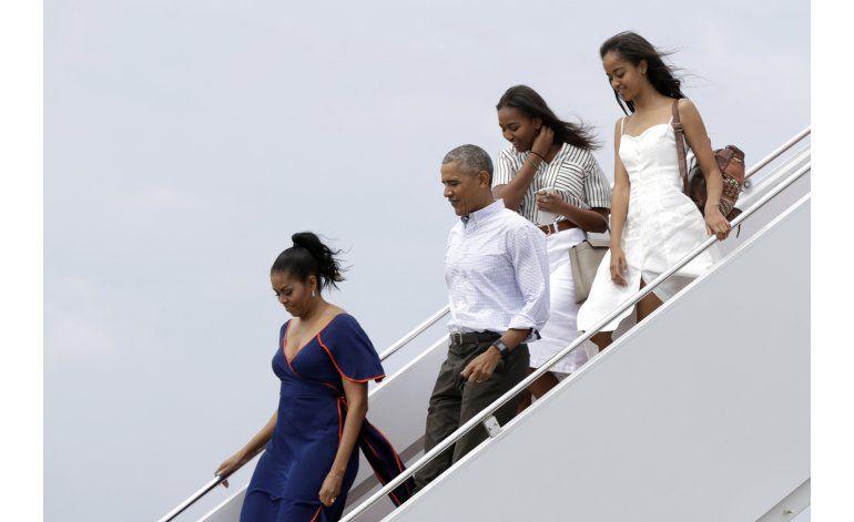 Familia Obama llega a Marthas Vineyard para vacación anual