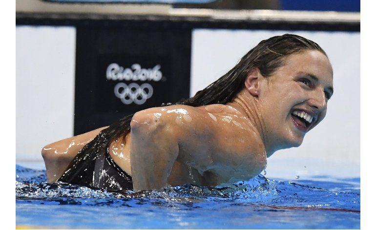 Caen dos récords mundiales en arranque de natación olímpica