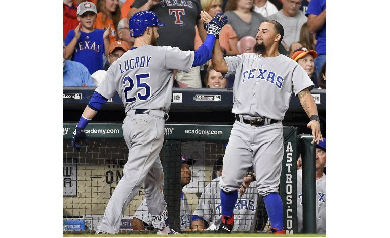 Lucroy pega dos jonrones y Rangers se impone a Astros