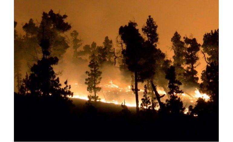 Suman 2.500 evacuados por un incendio forestal en Canarias