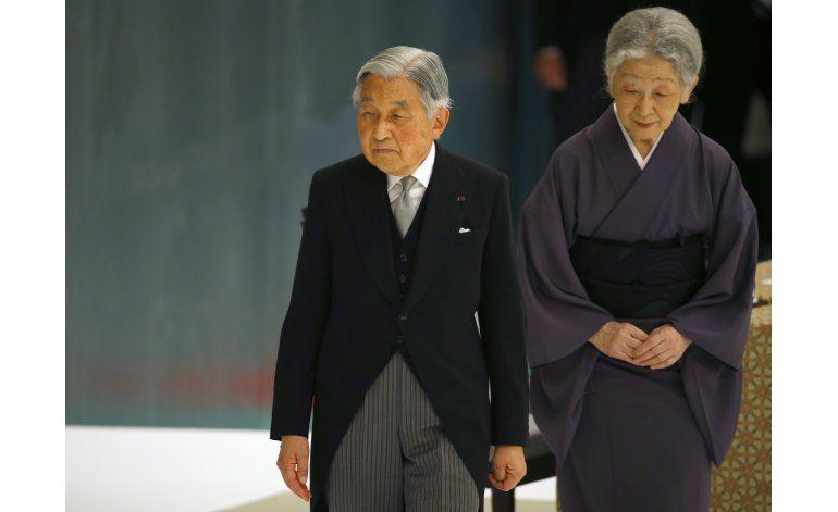 Japoneses acogen posible abdicación de emperador
