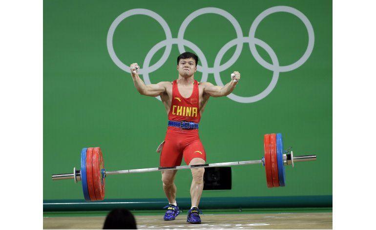Chino Long impone récord mundial en las pesas olímpicas