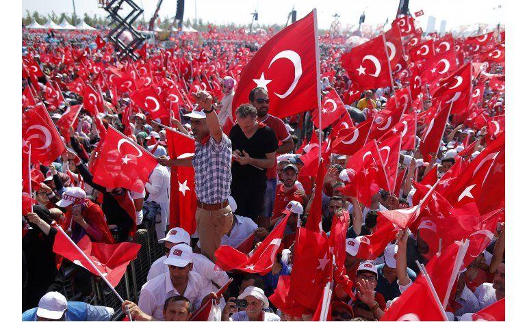 Multitud se manifiesta en Estambul contra golpe de Estado