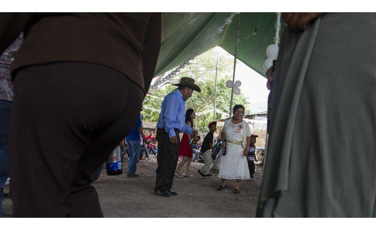 Pareja tiene boda religiosa tras décadas de espera en México