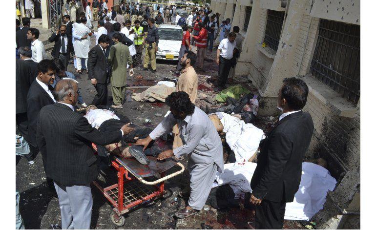 Atentado suicida deja 67 muertos en hospital en Pakistán