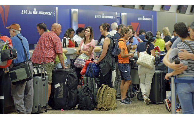 Delta reanuda vuelos cancelados y demorados por falla global