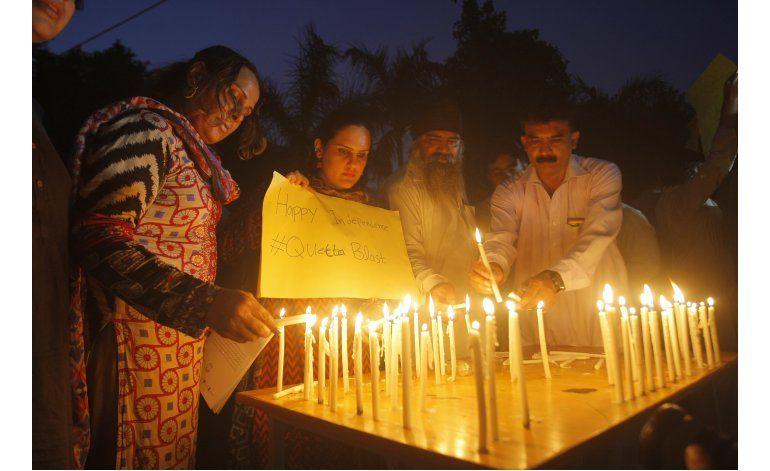 Abogados paquistaníes lloran a letrados asesinados en Quetta