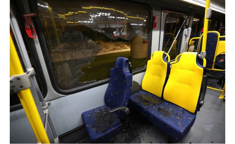 LO ÚLTIMO: Rompen ventanas de autobús para periodistas