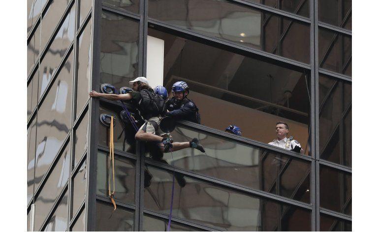 Policía detiene a hombre que escalaba la Torre Trump en NY