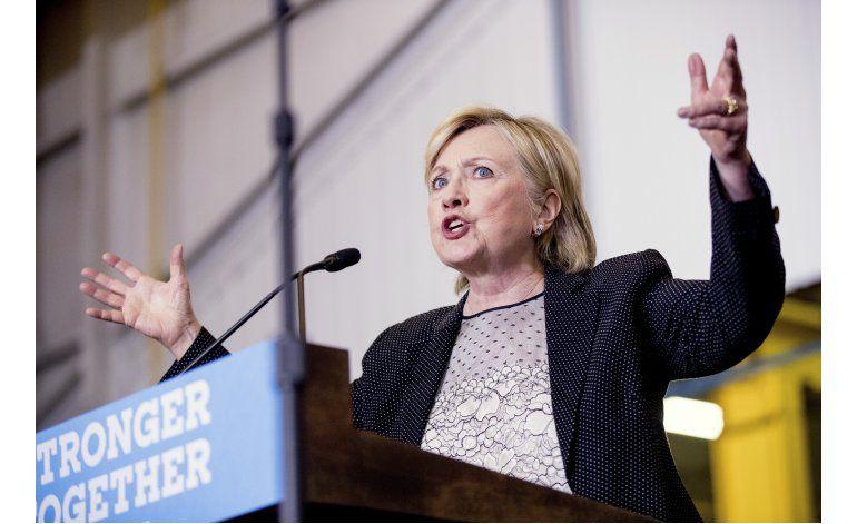 Clinton difunde declaraciones fiscales y presiona a Trump
