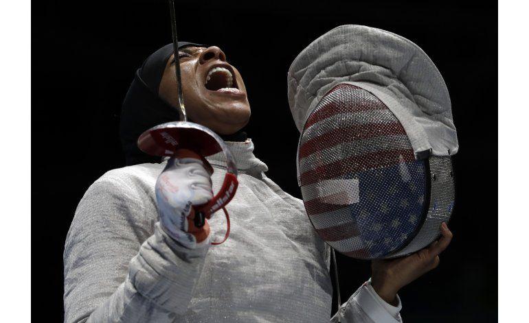 Esgrimista de EEUU con hiyab gana bronce en Río