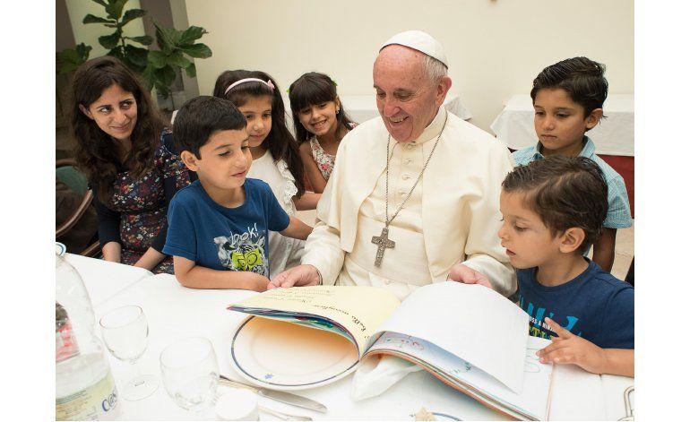 El Vaticano convida a indigentes a nadar en la playa