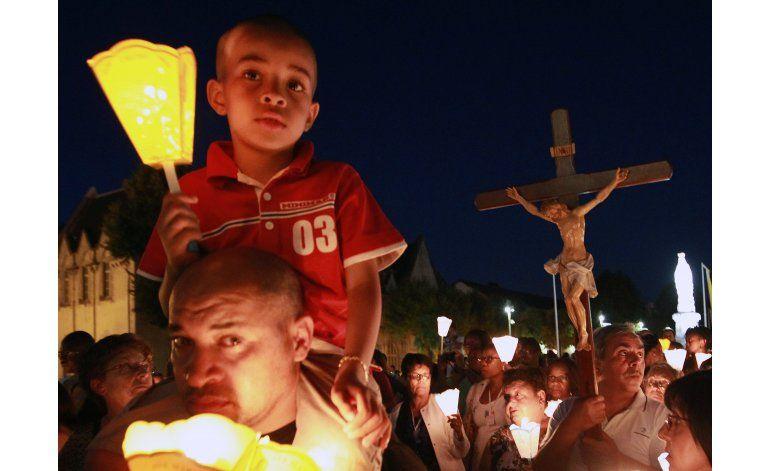 Católicos visitan santuario de Lourdes, bajo mucha seguridad