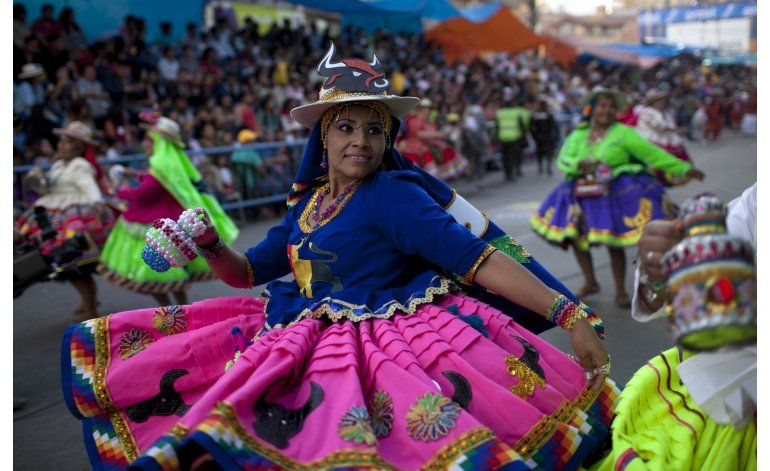 Fiesta católica reúne multitudes en Bolivia