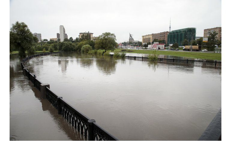 Fuertes lluvias desbordan río e inundan las calles de Moscú