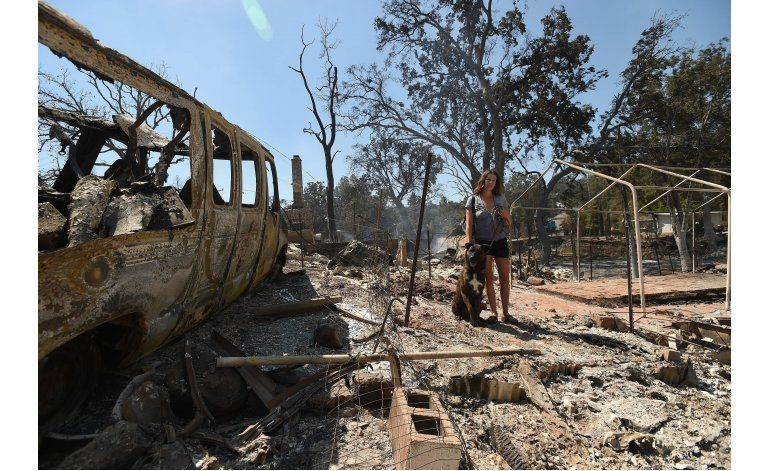 Un detenido por un fuego que arrasó pueblo en California