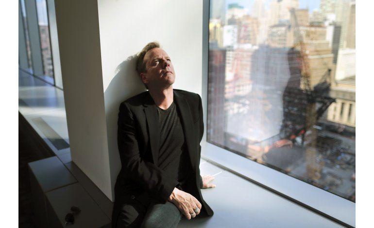 Kiefer Sutherland se sale de su elemento como cantante