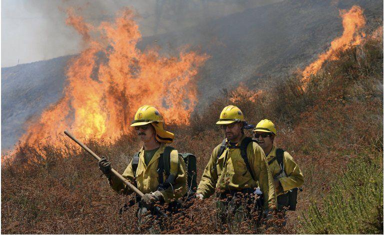 Más de 82.000 personas huyen de incendio en California