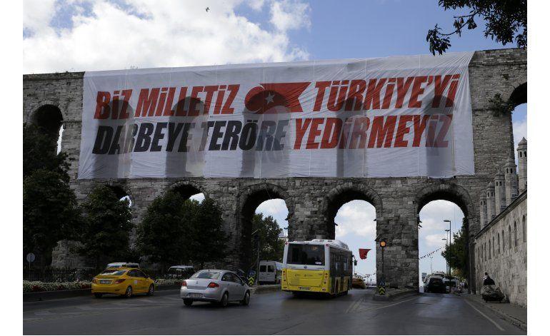 Turquía liberará 38.000 reos; hace sitio a conspiradores