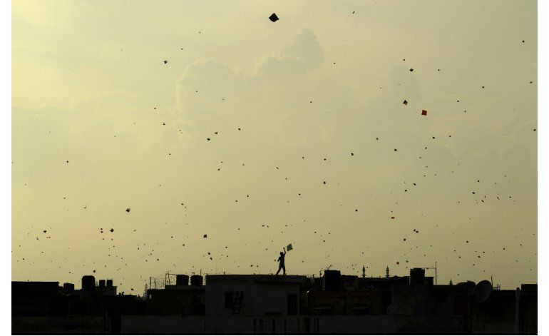 Cordeles de cometas matan 3 personas en capital de la India