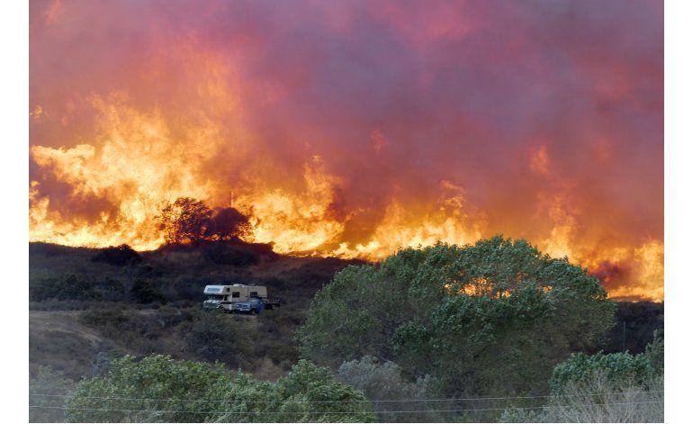 Incendio en California crea destrucción e incertidumbre