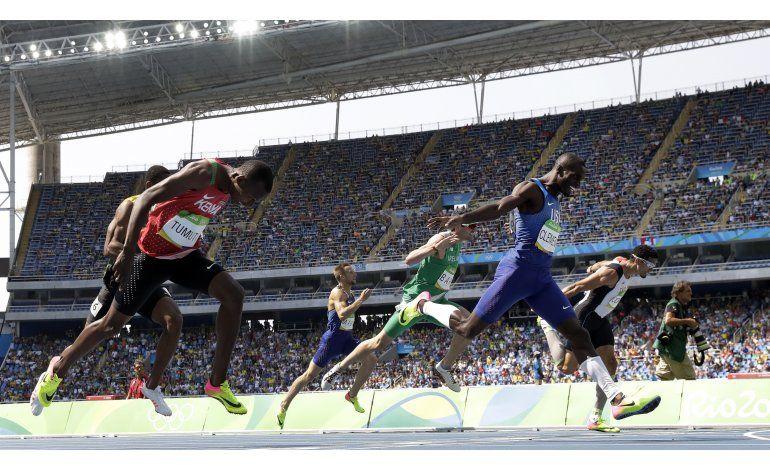 Clement gana oro 400 con vallas; Bolt por va por otro récord