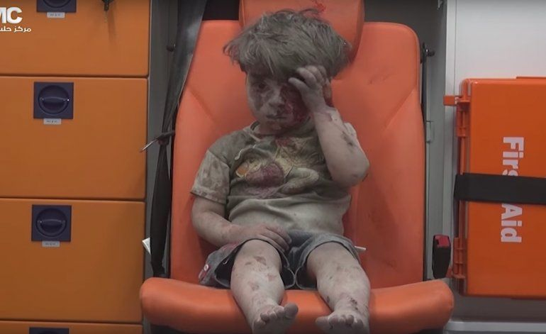 La desgarradora imagen de un niño herido por un bombardeo en Alepo, Siria