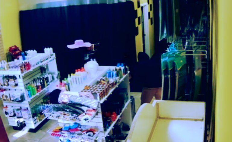 Policía de Miami Dade busca a 3 sospechosos de asaltar tienda de artículos de belleza