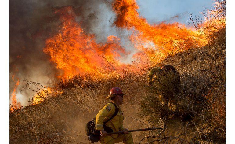 Bomberos ganan terreno contra incendio en sur de California